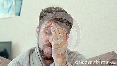 Een mens bekijkt de medische thermometer Hij heeft een koude, hoofdpijn, koorts, kou stock video