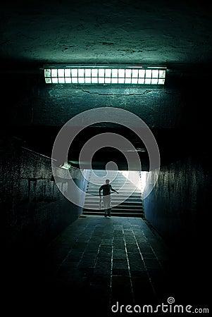 Een mens die in de tunnel loopt