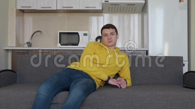 Een mens rust op de laag stock video