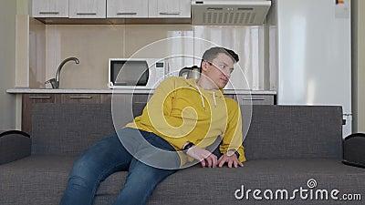 Een mens rust op de laag stock videobeelden