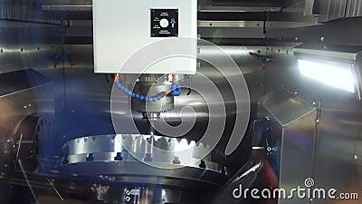 Een moderne CNC malenmachine maakt een groot tandrad stock footage