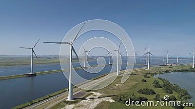 Een moderne windarm bestaande uit windturbines met twee en drie blades langs de kust van Veluwemeer onder Deels Cloudy en stock videobeelden