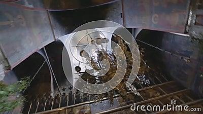 Een mooie kroonluchter hangt onder de koepel van een Orthodoxe Kerk Mooie mening van brede hoeklens van onderaan stock videobeelden
