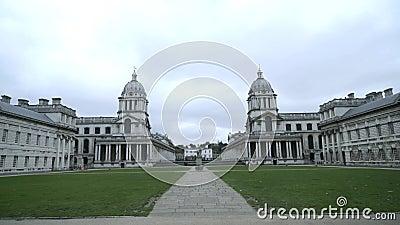 Een mooie oude architectuur van Europese gebouwen trekt toeristen aan Actie Voorziening van het oude architectonische gebouw stock videobeelden