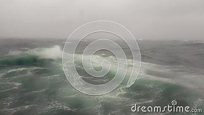Een onweer in het overzees, oceaangolf in de Indische Oceaan tijdens onweer stock footage