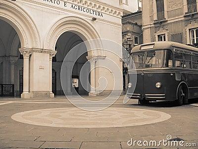 Een oude bus die tegen tijd is verouderd