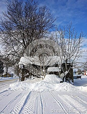 Een oude loods op een de winterdag