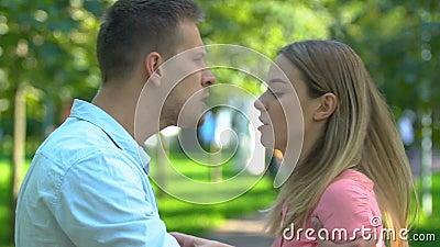 Een paar ruzies, agressieve man die schudde en zijn vriendin duwt, misbruik stock videobeelden