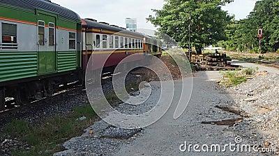 Een passagierstrein verlaat Klap vervolgt post stock footage