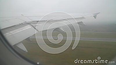 Een passagiersvliegtuig gaat in bewolkt weer van start stock video