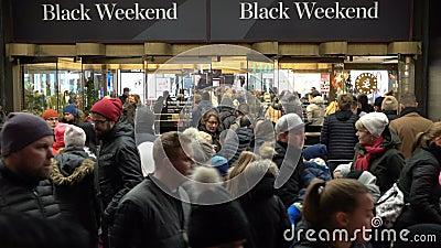 Een reusachtige menigte van kopers voor wandelgalerij tijdens totale Kerstmisverkoop stock footage