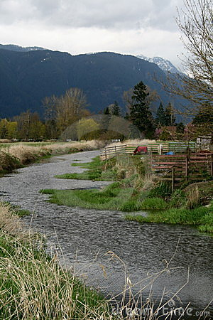 Een rivier loopt door