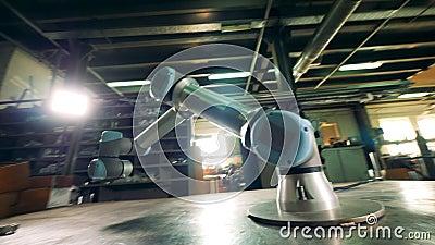 Een robotachtig wapen beweegt zich terwijl het werken met een klein toestel stock footage
