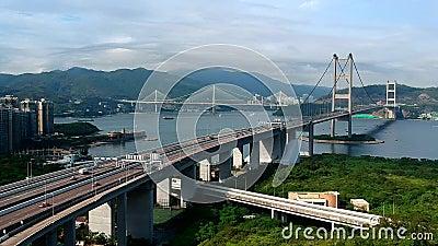 Een satellietbeeld van de Tsing Ma en achterbruggen en het verkeer van Ting Kau veel stock videobeelden