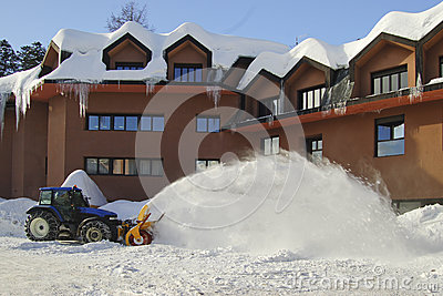 Een sneeuwploeg in actie