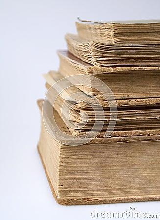 Een stapel uitstekende boeken