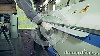 Een stuk metaal wordt gebogen door een fabrieksmechanisme stock videobeelden