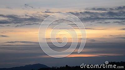 Een ver vliegtuig stijgt in de post-zonsondergang op stock videobeelden