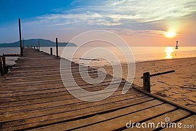 Een visserspier met zonsondergang