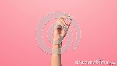 Een vrouwenhand klikt haar vingers Sluit de hand van een vrouw die haar vingers breekt stock footage