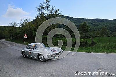 Een zilveren 1955 bouwde Mercedes-Benz bij 1000 Miglia Redactionele Stock Foto