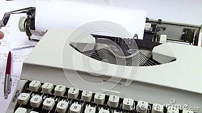 Eens? Ouderwetse ochtendscène: antieke schrijfmachine, kop van verse koffie, bedrijfscontract en pen
