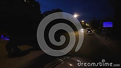 Eerste hulpvoertuig die auto's in nacht het drijven op ongevallennoodoproep overvallen stock footage