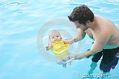 Eerste van weinig baby zwemmen