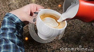 Effectuer le café Barman Prepares Coffee Préparation de latte Barman versant le lait chaud dans une tasse d'expresso Art de Latte clips vidéos