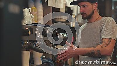 Effectuer le café Le barman chauffe le lait Écumage du lait banque de vidéos
