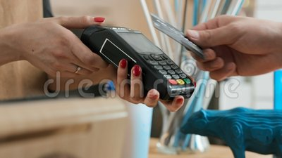 Effectuez le paiement de banque par la carte de crédit dans le café