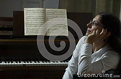 Eftertänksam pianoståendelärare