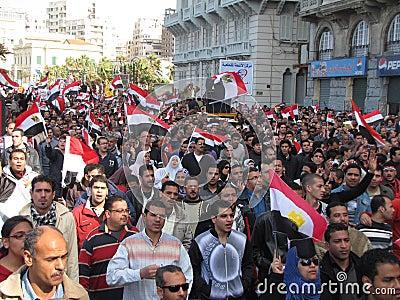 Egipcios que piden la dimisión de Mubarak Foto editorial