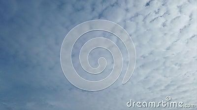 Ehrfürchtige Zeitspannewolken mit flaumigen weißen cirrocumulusrolls in der Luft getragen durch den Wind stock footage