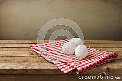 Eier auf Tischdecke