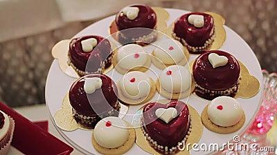 Eigengemaakte cupcakes van de gebakjeliefde op houten lijst stock videobeelden