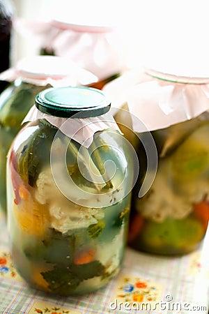 Eigengemaakte groenten in het zuur