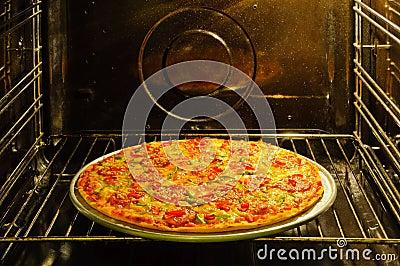 Eigengemaakte pizza in oven