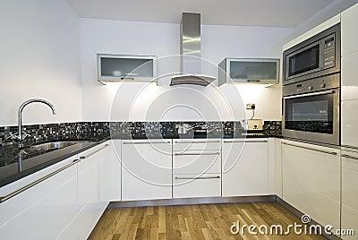 Eigentijdse keuken met moderne toestellen stock fotografie afbeelding 13874312 - Eigentijdse design keuken ...