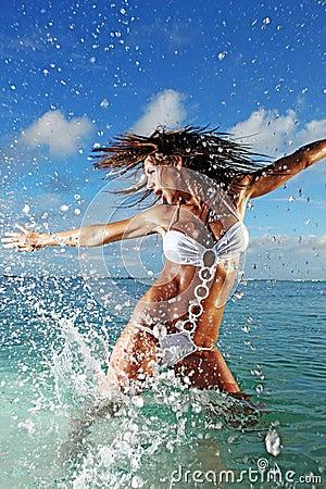 Eignung-vorbildliches Spritzen im Ozean