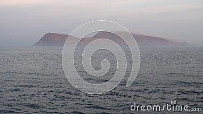 Eiland in de mistige oceaan stock videobeelden