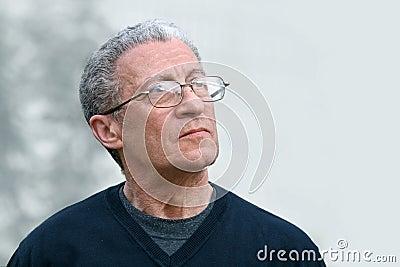 Ein älterer Mann, der oben schaut
