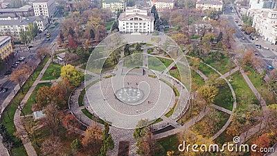 Ein Brunnen mit Blick auf den Stadtpark Mariupol Ukraine stock video