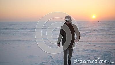 Ein Durchschnittsbürger im Winter in den Schauspielen der virtueller Realität gewinnt stock video footage