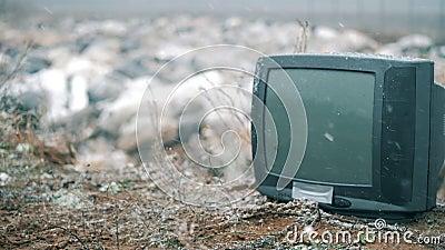 Ein Fernseher an einem Staubsauger im Winter stock footage