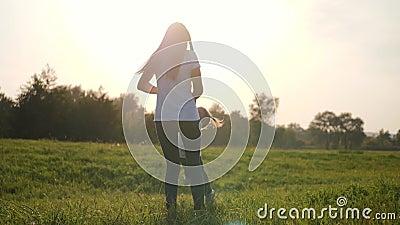 Ein glückliches kleines Mädchen läuft in die Arme ihrer liebenden Mutter Das Glück der Mutterschaft, Freundschaft, Vertrauen, Lie stock video footage