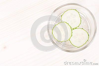 ein glas wasser mit drei scheiben frischer gurke auf einem licht stockfoto bild 54152241. Black Bedroom Furniture Sets. Home Design Ideas