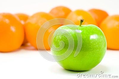 Ein grüner Apple und Orangen