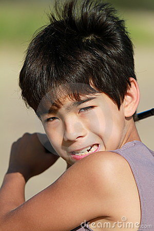 Ein Junge 10 installierte, um einen Golfball am Strand zu schlagen