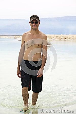 Tourist im Toten Meer